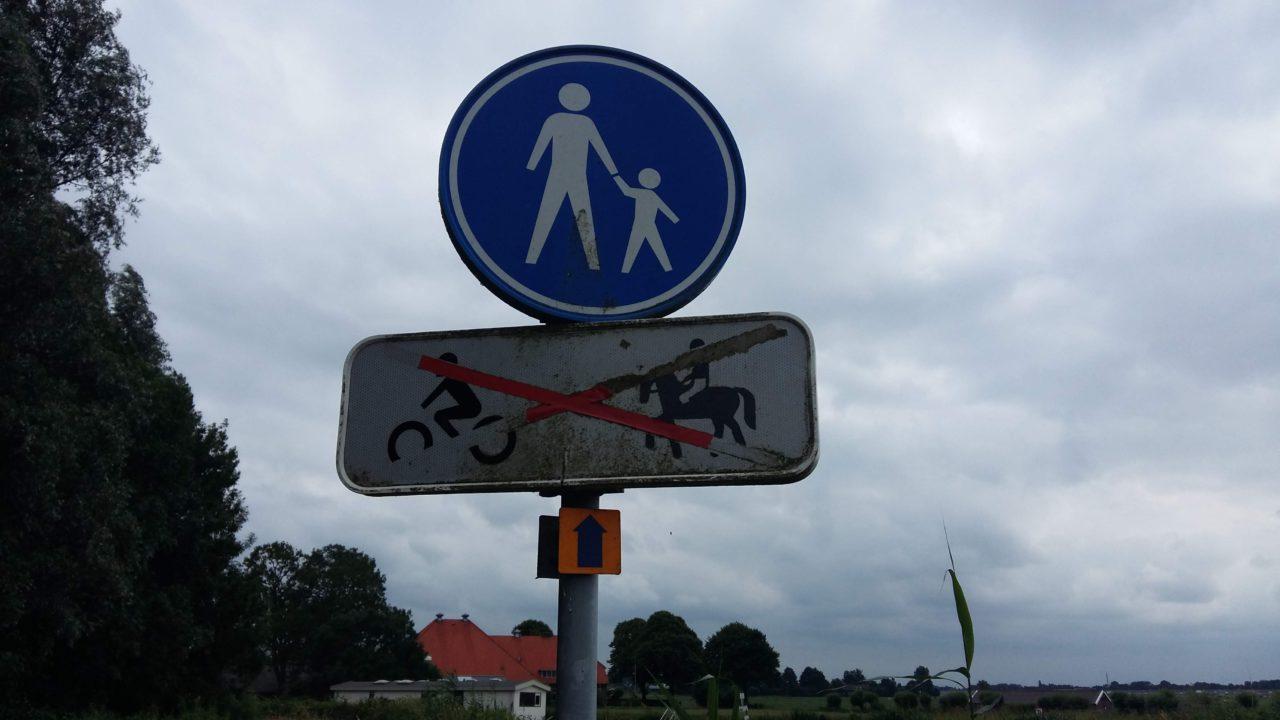 Wandelen met kind toegestaan. Verboden voor brommers en ruiters te paard.