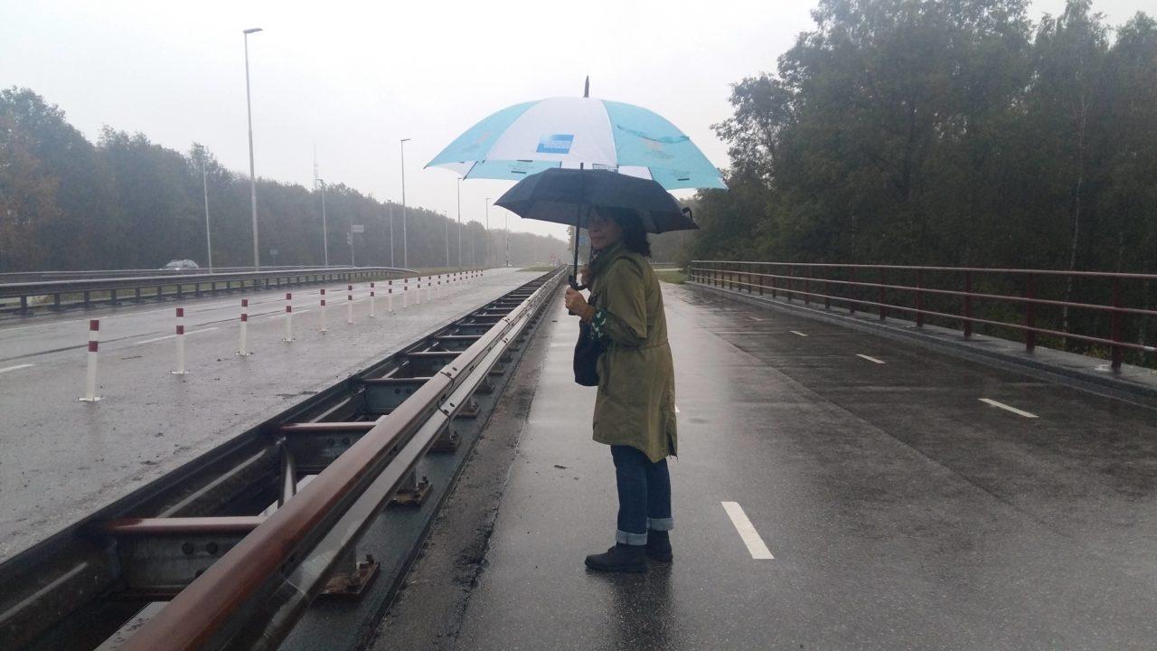 Eén paraplu is niet genoeg voor Jeane.