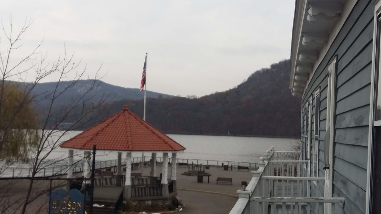 Uitzicht vanuit hotelkamer op de Hudson river.
